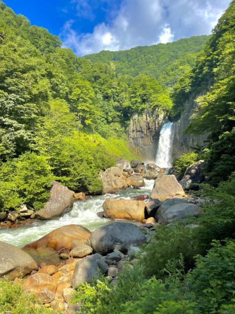 新潟県妙高市「苗名滝」を空撮
